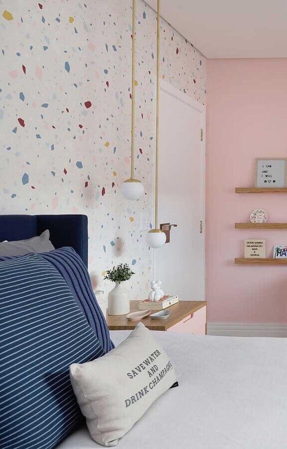 decoração com papel de parede e pendente para quarto com acabamento dourado Foto Webcomunica