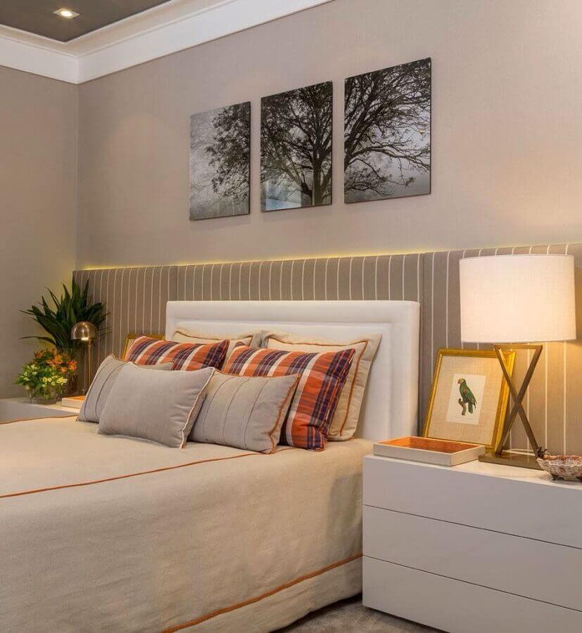 decoração com quadros para quarto em tons neutros com iluminação de led Foto Pinterest