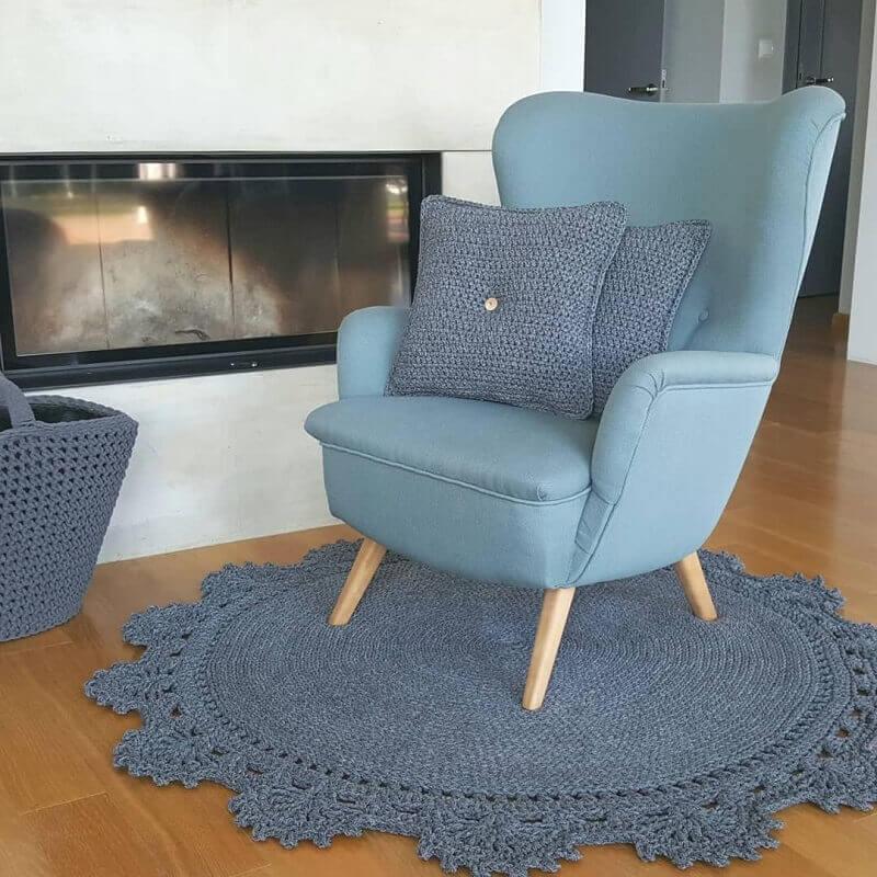 decoração com tapete cinza de crochê Foto Blue Pracownia