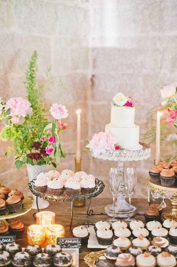 decoração com velas e flores para mesa de guloseimas rústica Foto Style me Pretty