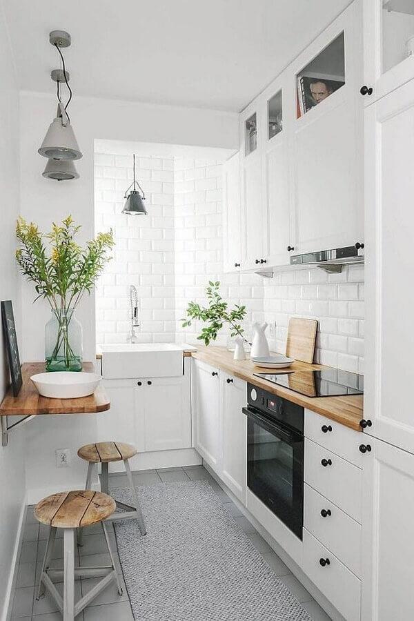 decoração cozinha branca com bancada de madeira e forno elétrico embutir Foto Gescultura