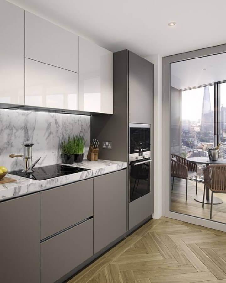 decoração cozinha cinza com bancada de mármore e forno elétrico de embutir inox Foto Revista VD