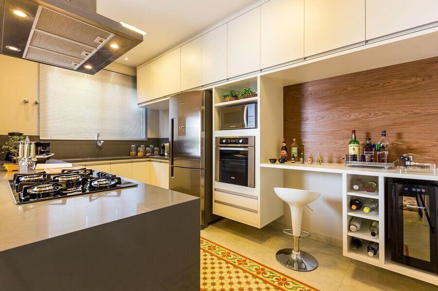 decoração cozinha planejada com armários brancos revestimento em madeira e forno elétrico de embutir inox Foto BY Arq&Design