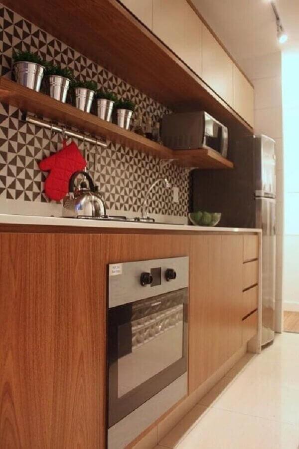 decoração cozinha planejada com armários de madeira e forno elétrico embutir Foto DCA Arquitetura