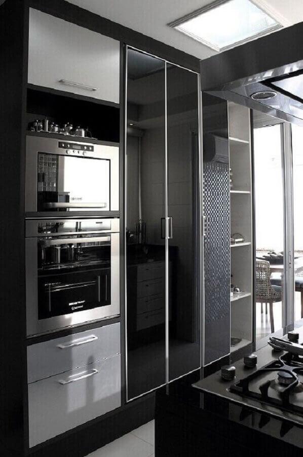 decoração cozinha preta com forno elétrico de embutir inox Foto Fabio Fast
