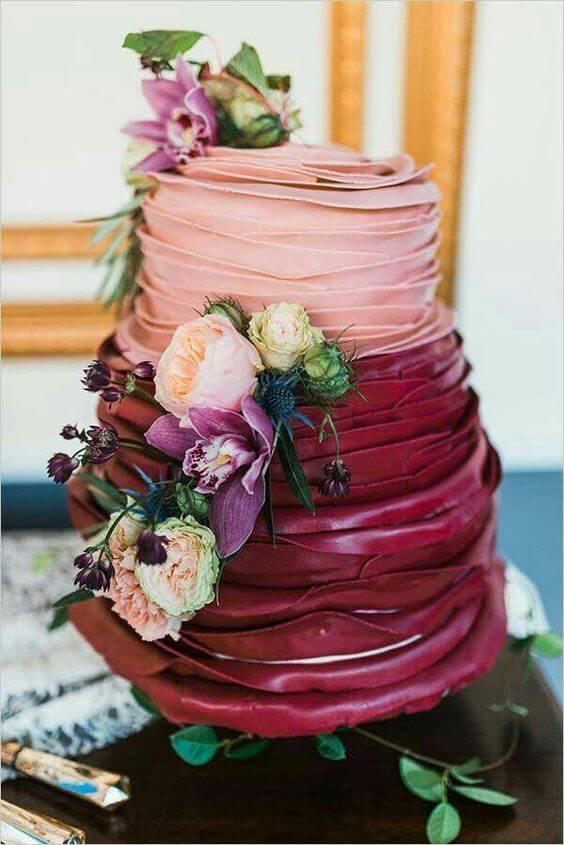 O bolo de casamento também pode ser feito em tons da cor marsala