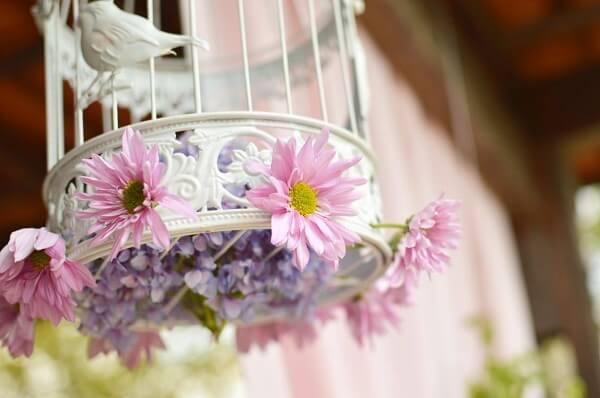 Decoração de casamento vintage com gaiolas brancas e flores