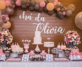decoração de chá de fralda com arranjo de rosas e balões  Foto Essência Festeira