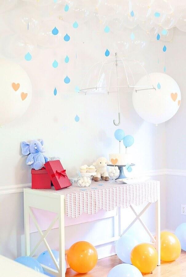 decoração de chá de fralda com balões e guarda chuva transparente  Foto The Celebration Shoppe