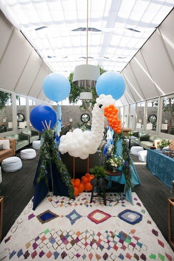 decoração de chá de fralda com cegonha feita de balões  Foto Kara's Party Ideas