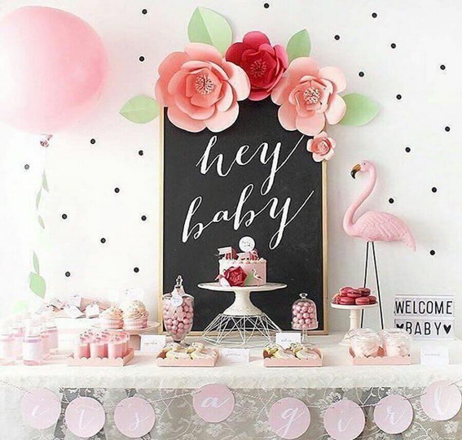 decoração de chá de fralda com flamingos e flores de papel Foto Cléybaby