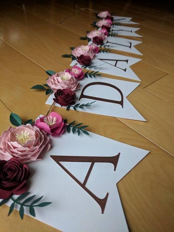 Decoração de festa com letras e flores decorando