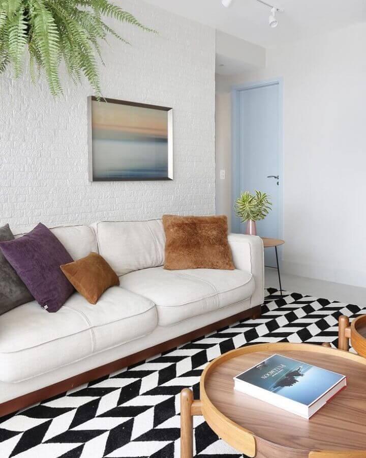 decoração de sala de estar com sofá branco e tapete preto e branco Foto Bianchi & Lima Arquitetura