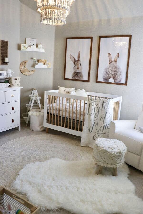 decoração em tons neutros com quadros decorativos para quarto de bebê com dois tapetes Foto Pinterest
