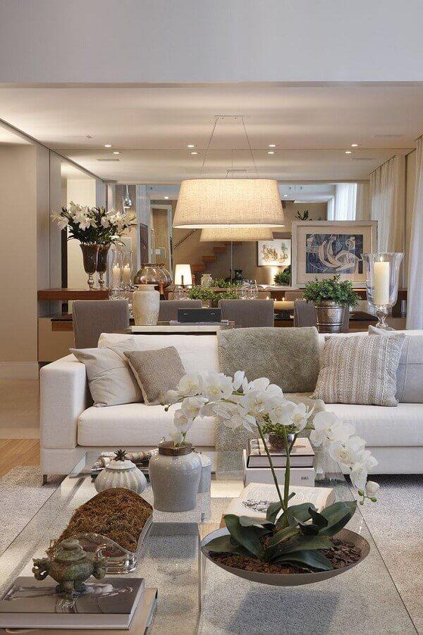 decoração em tons neutros para sala com sofá branco Foto We Heart It