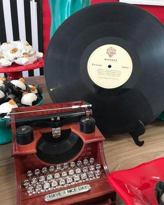 Decoração anos 60 com máquina de escrever