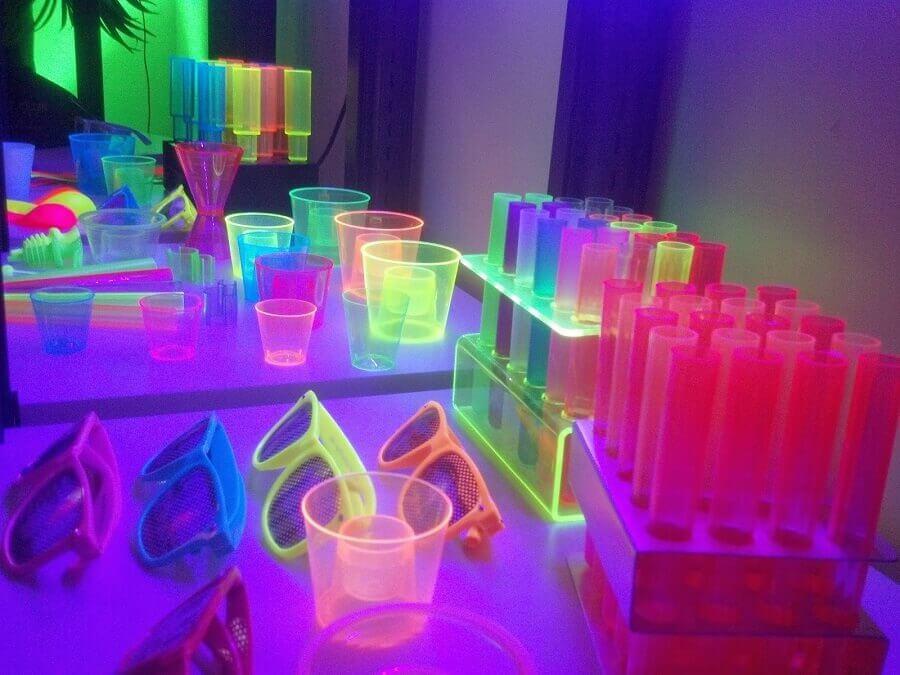 decoração festa neon - temas para aniversário de 18 anos Foto Decoratorist