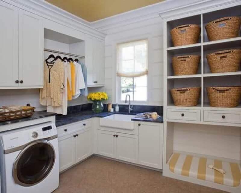 decoração lavandeira ampla planejada com armários brancos e máquina de lavar e secar Foto Dany Freitas