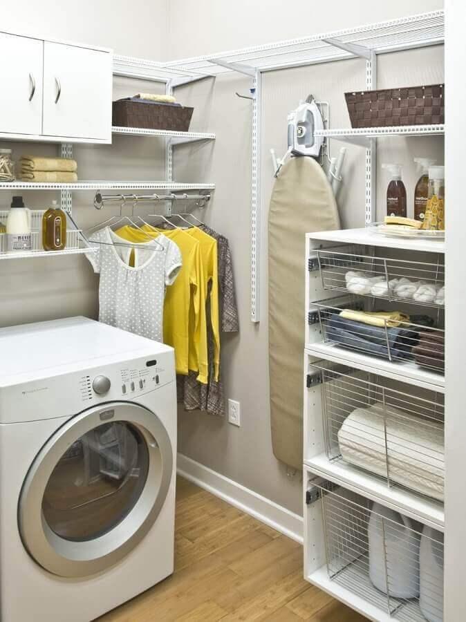 decoração lavanderia com máquina de lavar e secar e prateleiras de aramado Foto DoitDecor