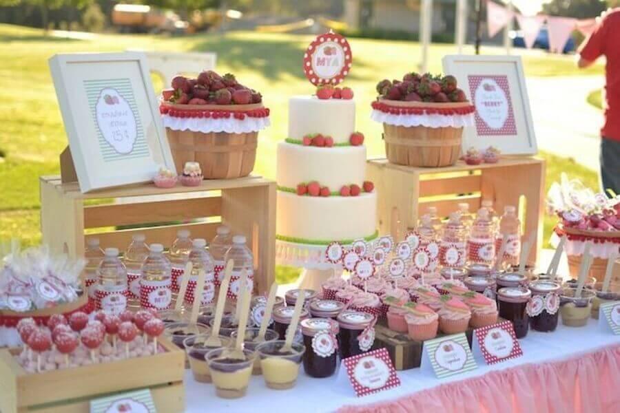 decoração mesa de guloseimas personalizada com festa moranguinho Foto Pinterest