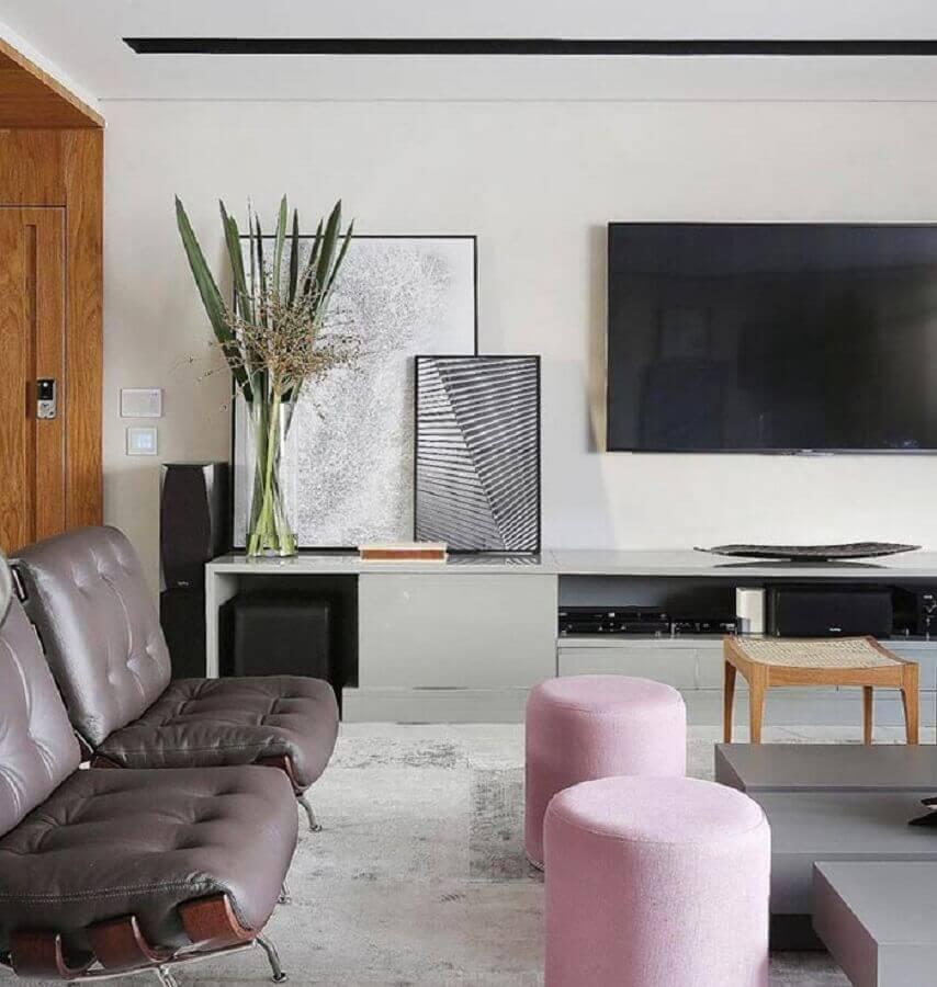 decoração moderna com quadros decorativos para sala apoiados na rack Foto Pinosy