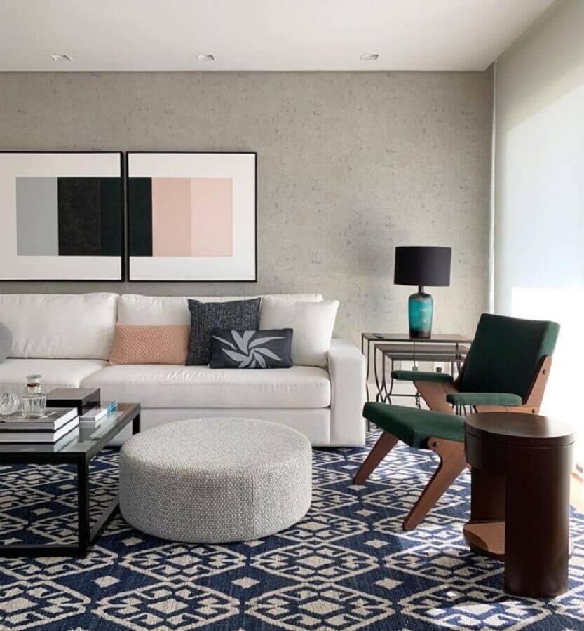 decoração moderna para sala com sofá branco e parede de cimento queimado Foto Paula Magnani