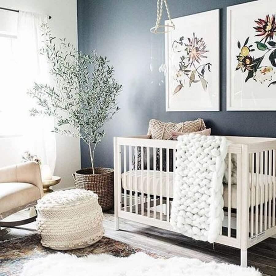 decoração neutra com quadros decorativos para quarto de bebê com vaso grande Foto Pinterest
