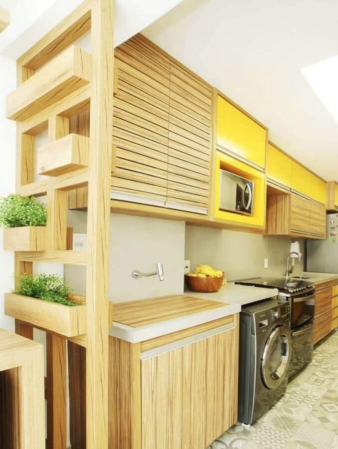 decoração para cozinha com armários de madeira e máquina de lavar e secar inox Foto Assetproject