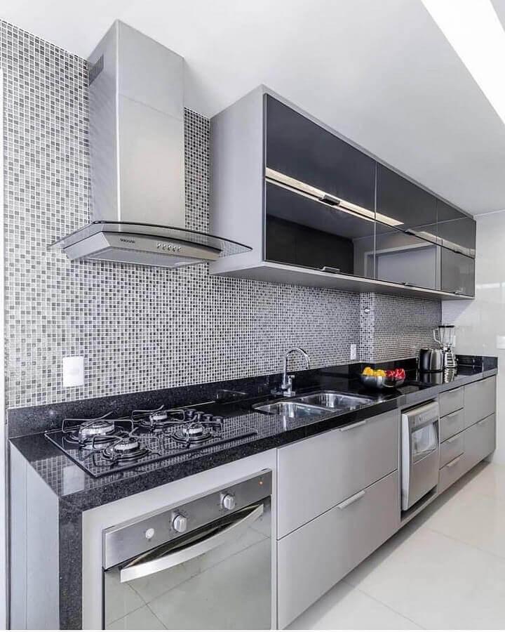 decoração para cozinha planejada com pastilhas e forno elétrico de embutir inox Foto Tudo Especial