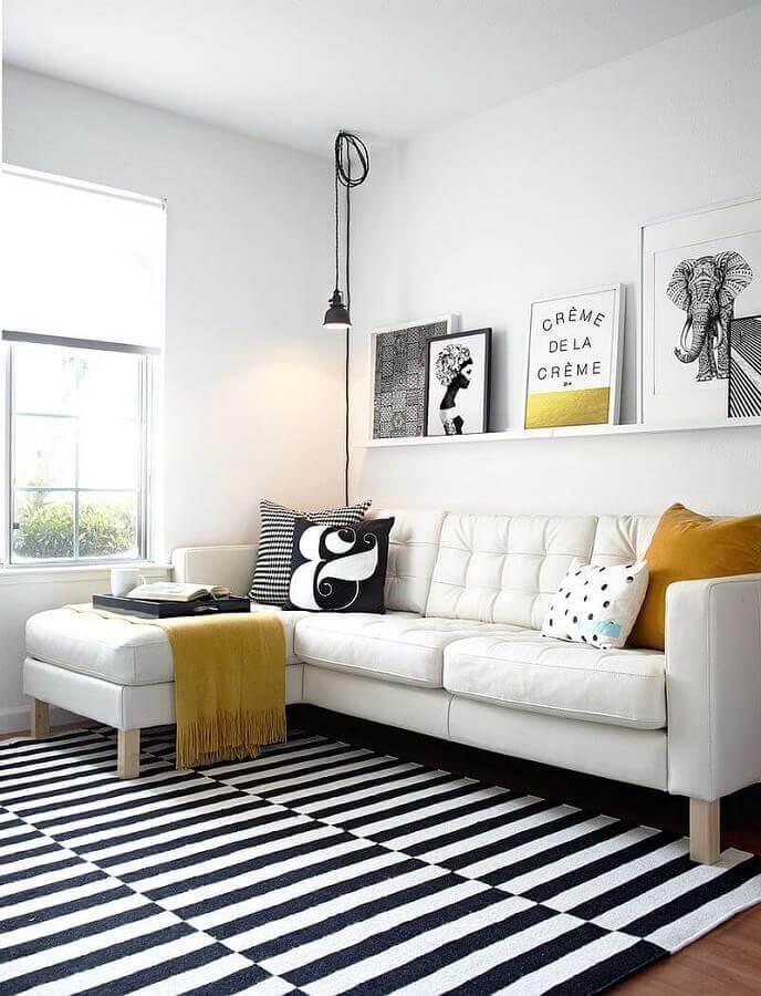 decoração para sala com sofá branco de canto e tapete listrado preto e branco Foto Archilovers