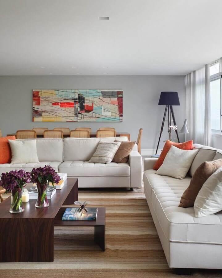 decoração para sala com sofá branco e mesa de centro de madeira Foto Adriana Valle Patricia Carvalho