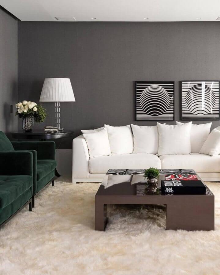 decoração para sala com sofá branco tapete felpudo e poltronas verdes de veludo Foto Maurício Karam Arquitetura