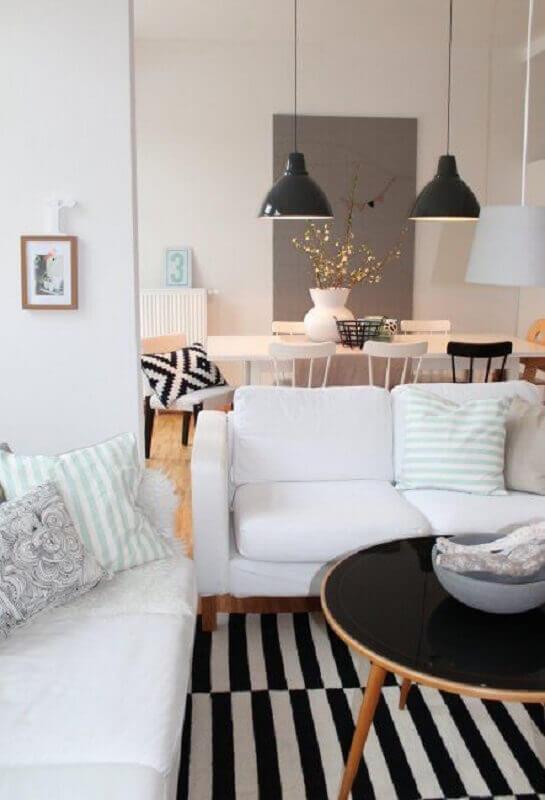 decoração para sala com tapete listrado e sofá branco Foto Côté Maison