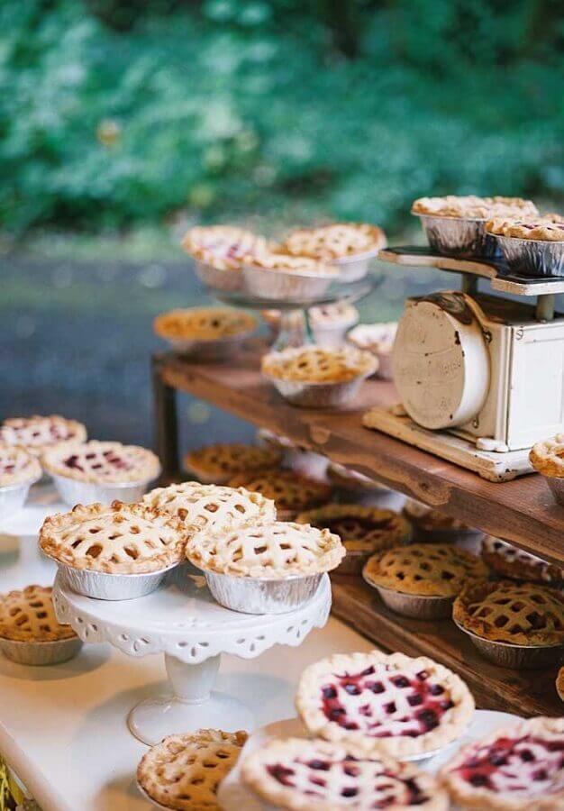 decoração rústica para mesa de guloseimas cheia de tortinhas Foto Assetproject