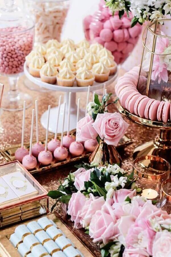 decoração romântica para mesa de guloseimas rosa e rose gold Foto Pinosy