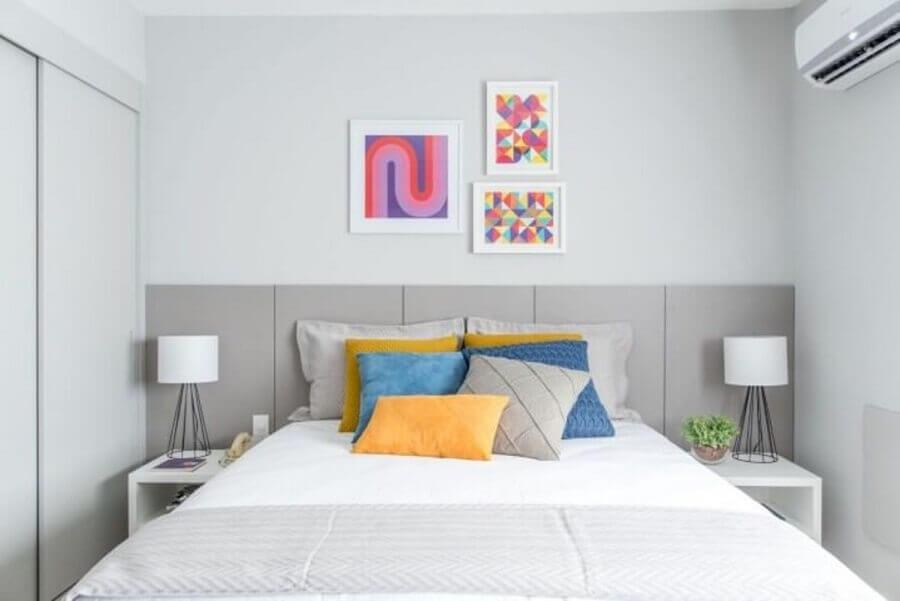 decoração simples com quadros decorativos para quarto cinza e branco Foto Renata Romeiro
