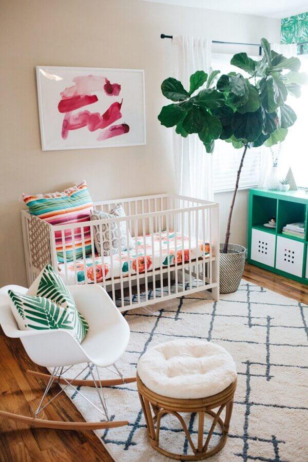 decoração simples com quadros decorativos para quarto de bebê com cadeira de balanço Foto Pinterest