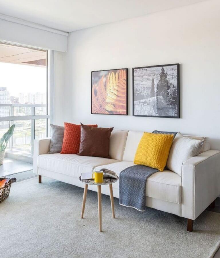 decoração simples com sofá branco e almofadas coloridas Foto Viviane Gobbato Arquitetura