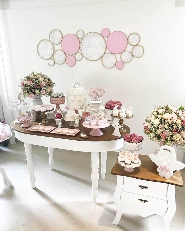 decoração simples para chá de fralda com arranjo de rosas  Foto Essência Festeira
