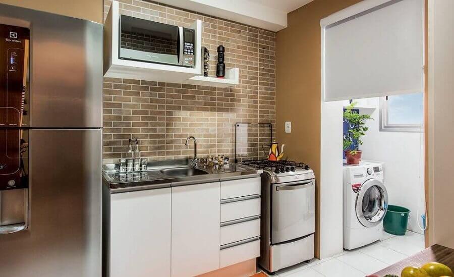 decoração simples para lavanderia pequena com máquina de lavar e secar branca Foto Shining on Design