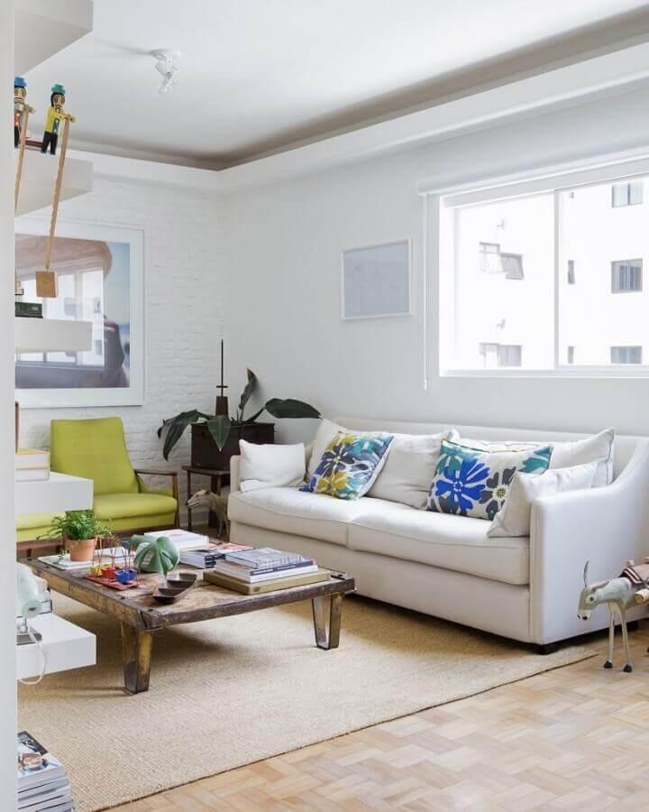 decoração simples para sala com sofá branco e poltrona verde Foto Reedecore