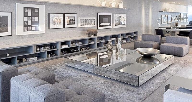 decoração sofisticada com tapete cinza claro para sala ampla com mesa de centro espelhado Foto Vânia Paulino