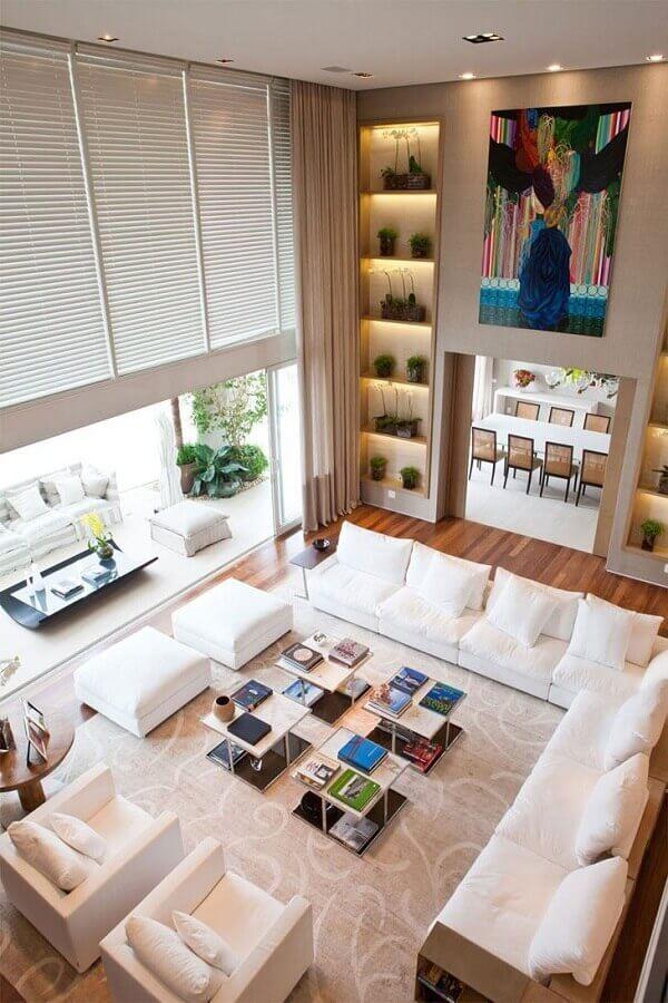 decoração sofisticada para sala ampla com sofá branco Foto Pinterest
