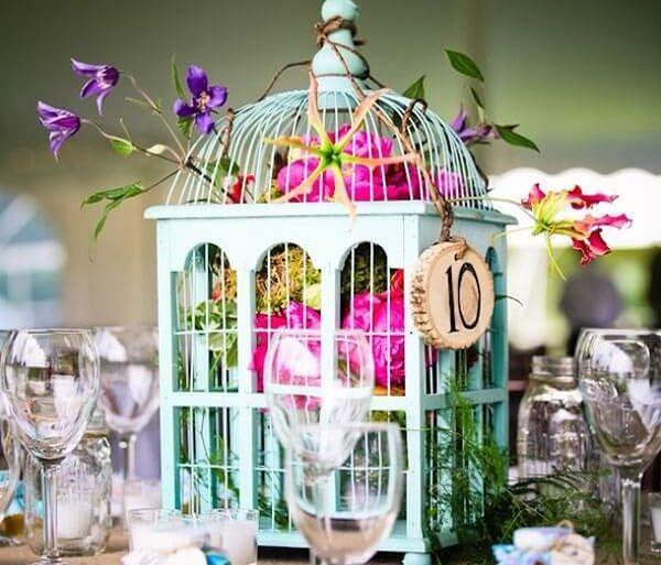 Gaiolas decorativas usadas para enfeitar a mesa de convidados