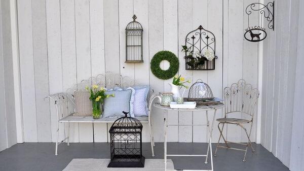 Área externa decorada com gaiolas decorativas