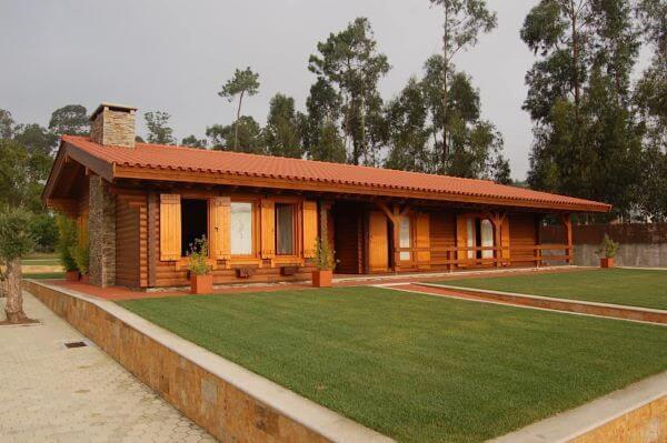 decoração da casa de madeira com telha colonial
