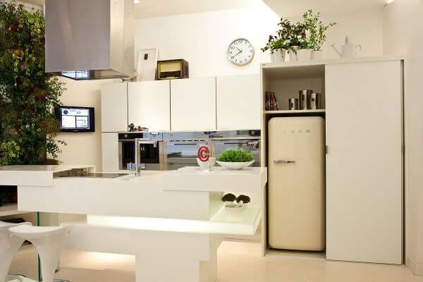 Decoração de cozinha gourmet com geladeira retrô branca