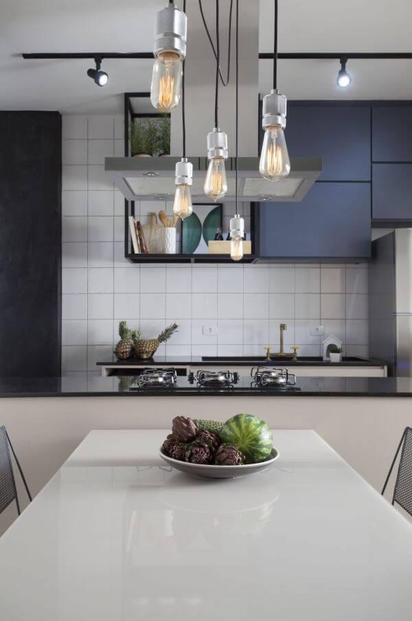 Cozinha gourmet com mesa de jantar de vidro