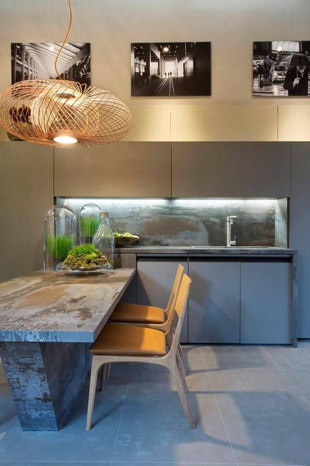 Sala de jantar moderna com pendente aramado cobre