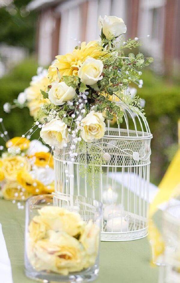 Decoração de casamento com gaiolas e flores